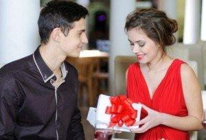 cosas-no-debes-hacer-si-no-te-gusta-el-regalo-de-tu-novio-1